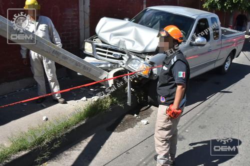 Convulsiona conductor y se impacta contra poste