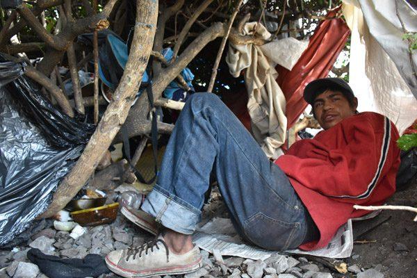 Migrante da albergue en casa improvisada
