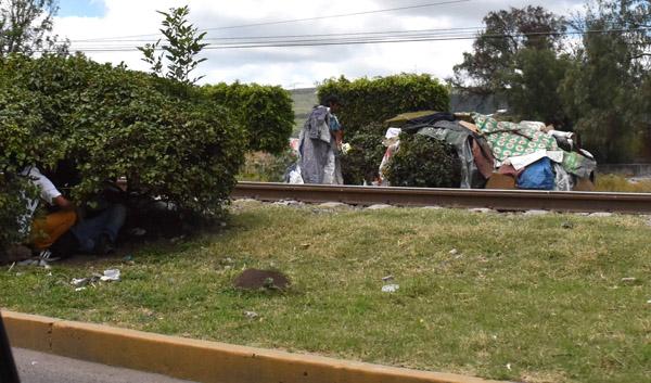 """""""Acampan"""" migrantes al lado de la ferrovía"""
