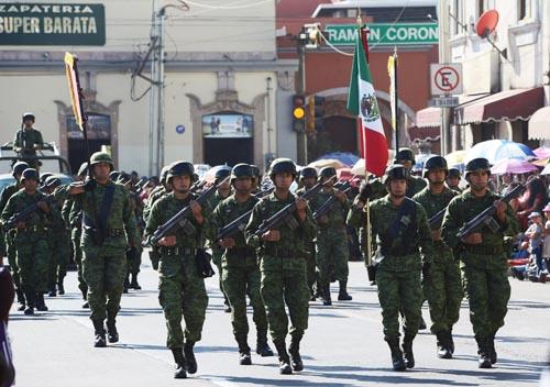 Disfrutan irapuatenses tradicional desfile revolucionario