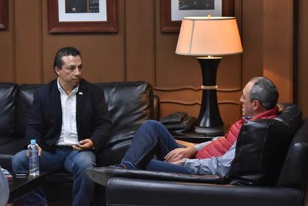 El director general del Instituto de Infraestructura Física Educativa de Guanajuato, Pedro Peredo Medina, en entrevista con el director general de Organización Editorial Mexicana en Guanajuato, Alejandro Herrera Sánchez.