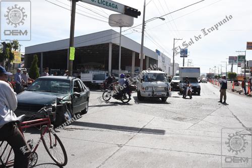 Fuerte encontronazo vial por las avenidas Francisca Delgado y Casimiro Liceaga.
