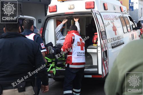 Cae hombre de escalera; se fractura una pierna
