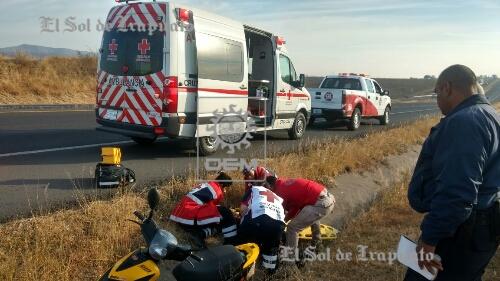 Hallan a motociclista herido y con hipotermia fuera de la carretera