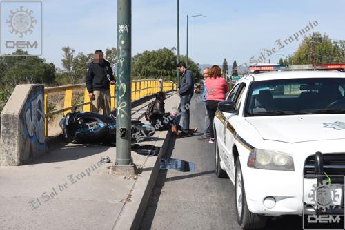 Resulta mujer lesionada en derrape de motocicleta