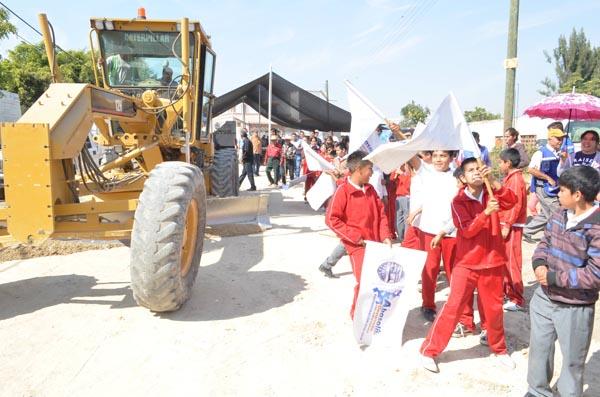 Inician pavimentación de acceso a Boquillas