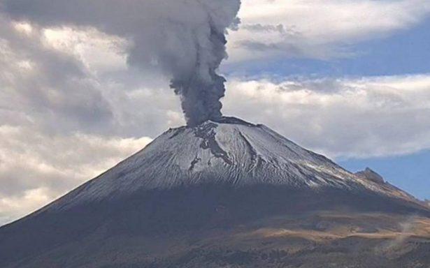 Volcán Popocatépetl emite fumarola con ceniza