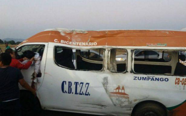 Choque de camioneta de pasajeros deja más de una decena de heridos
