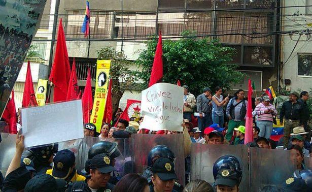 Chocan protestas en la Embajada de Venezuela en CDMX
