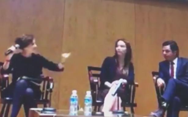 Denise Dresser le truena los dedos a Gabriela Cuevas por distraída