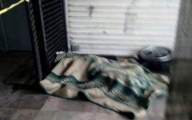 Frío mortal: hallan sin vida a indigente de la tercera edad afuera del metro Tacuba