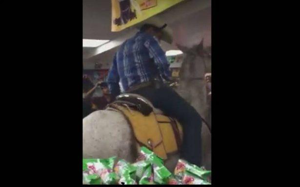 [VIDEO] Así van al Oxxo en Acapulco… en caballo