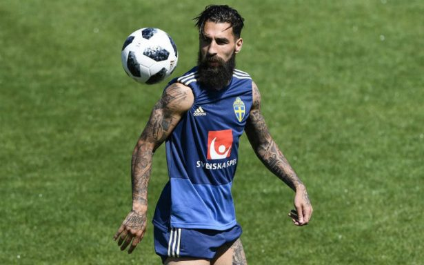 Futbolista sueco lamenta insultos racistas y amenazas de seguidores