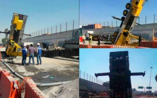 Grúa cae en zanja cerca del Metro Martín Carrera