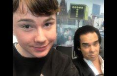 ¿Quién es Nick Cave? Joven se toma selfie con él sin saberlo