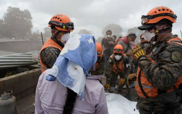 Volcán de Fuego de Guatemala continúa activo y reanudan búsqueda de víctimas