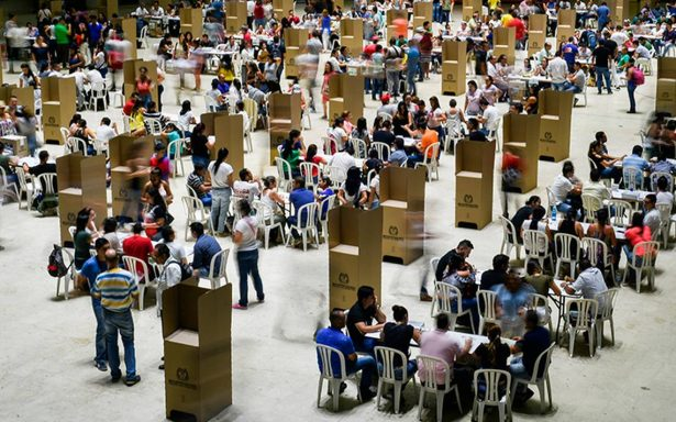 Cierran colegios electorales con alta participación en presidenciales de Colombia