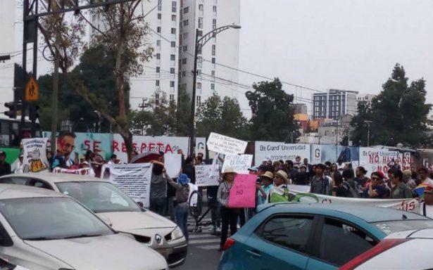 Vecinos bloquean Av. Universidad; exigen frenar obra