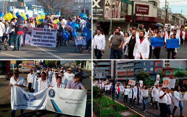 Médicos del país marchan por caso de colega oaxaqueño Luis Alberto
