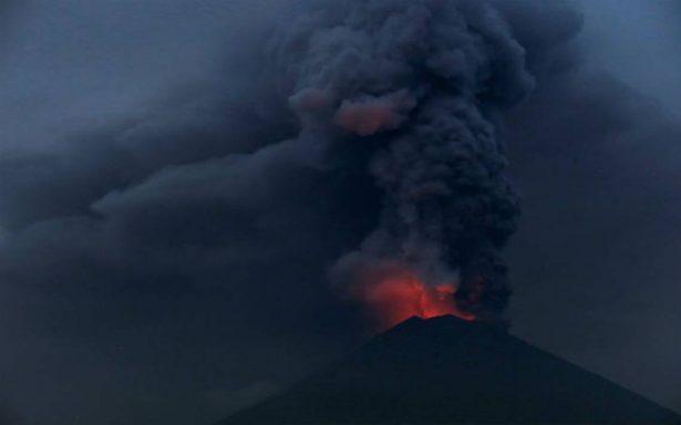 Ordenan evacuación de 100 mil personas en Indonesia por volcán activo