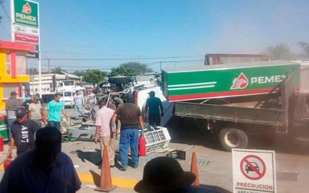 Tráiler choca contra gasolinera y deja seis muertos