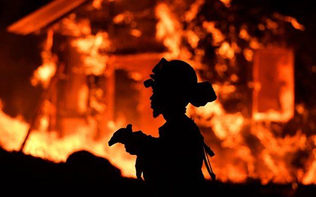 Evacúan condados de California ante peligro por voraces incendios