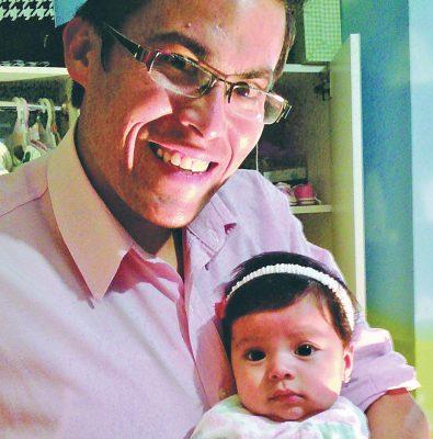 Con una niña de año y medio David Rivera vive un momento feliz