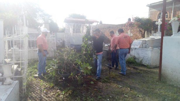 Se llevan a cabo trabajos de limpieza en el antiguo panteón de Juventino Rosas