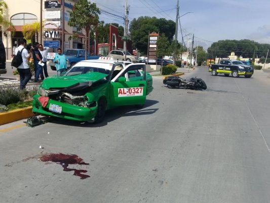 Choca policía contra taxi en San Miguel de Allende