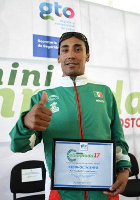 Entregan autoridades de la SSPE reconocimiento al maratonista leonés, Juan Gualberto Vargas Sánchez.