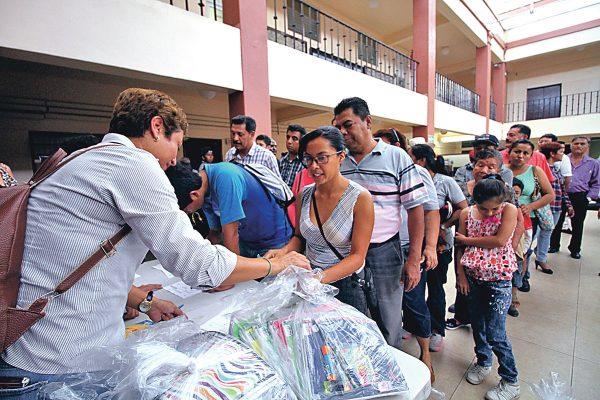 Entregaron 235 paquetes escolares