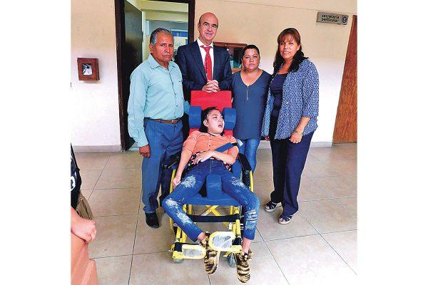 Donan silla de ruedas a niña con parálisis