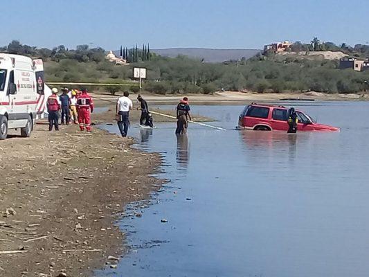 Rescatan camioneta de la Presa Allende