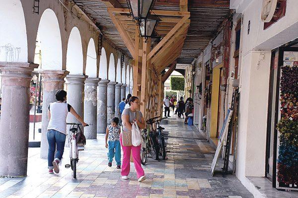 Apuntalan portales del centro de Celaya para evitar colapso