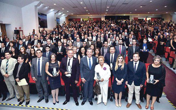 Colegio de Psicólogos de Celaya recibió una distinción estatal