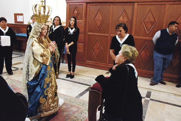 Bajan a la virgen de la Purísima Concepción para su fiesta