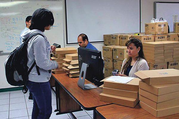 Entregan tabletas digitales a 470 alumnos