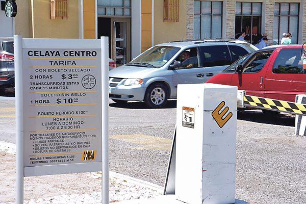Injusto el cobro en estacionamientos de centros comerciales