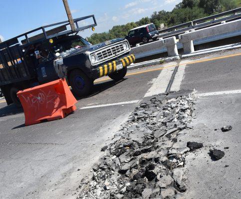 Reparan puente de la autopista y río Laja