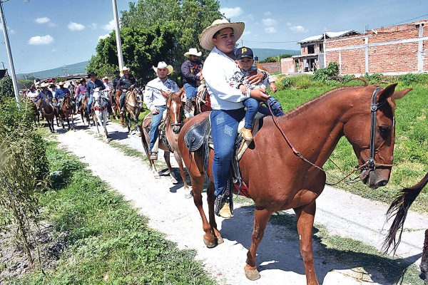 Participan 200 en cabalgata en honor a Santa Ana