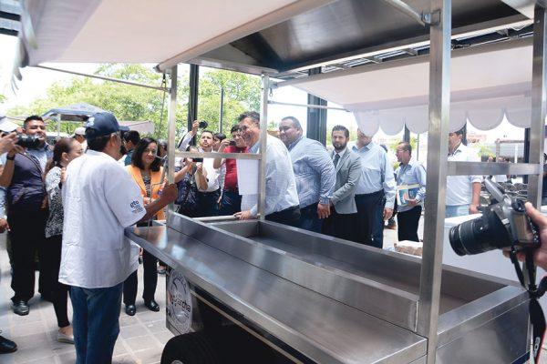 Entregaron apoyos a los comerciantes de Antonio Plaza