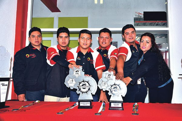 Regresan celayenses con trofeos y medallas