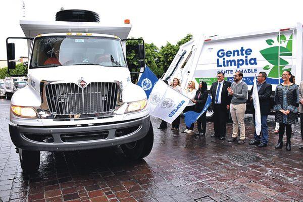 Entregan otros cinco camiones recolectores de basura