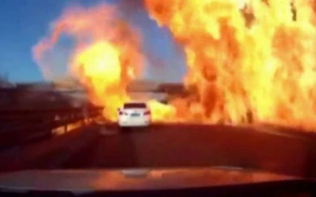 ¡El infierno! Derrame de gas provoca fuerte incendio en autopista de China
