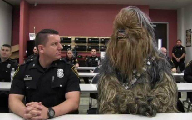 ¡Increíble! Chewbacca deja Star Wars para ser policía