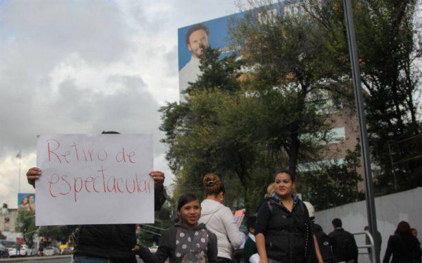 Padres de familia exigen a Mancera retirar dos espectaculares junto a escuelas