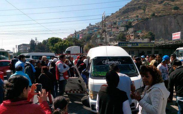 Al menos ocho lesionados por choque entre combi y pipa en Ecatepec