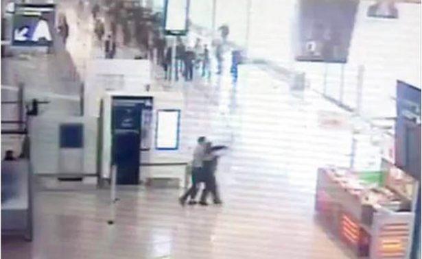 Video revela ataque extremista a mujer soldado en aeropuerto de Orly