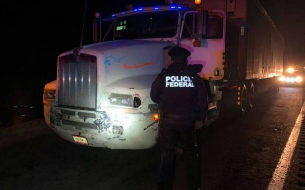 Con patrulla pirata, intentan robar tráiler con perfumería en Puebla