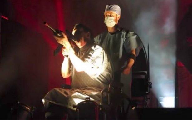 Marilyn Manson apunta con un rifle a sus fans en pleno concierto